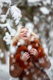 妇女在雪冬天森林里 免版税图库摄影