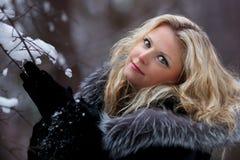 妇女在雪冬天森林里 库存图片