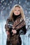 妇女在雪冬天森林里 免版税库存照片