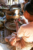 妇女在雪茄的生产时在曼村Th村庄的  库存图片
