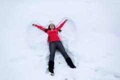 妇女在雪说谎 库存照片