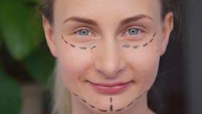 妇女在面孔的整容手术标号 股票视频