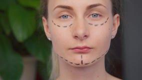 妇女在面孔的整容手术标号 影视素材