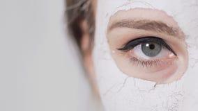 妇女在面罩期间的` s眼睛 影视素材