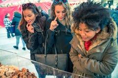 妇女在食物市场上 免版税库存图片