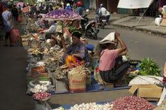 妇女在食物市场印度尼西亚上 免版税库存图片