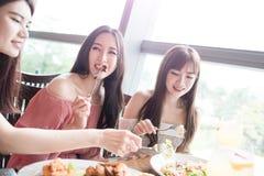 妇女在餐馆用餐 免版税图库摄影