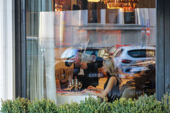 妇女在餐馆 免版税库存照片