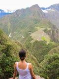 妇女在马丘比丘的Wayna Picchu山顶部 免版税图库摄影