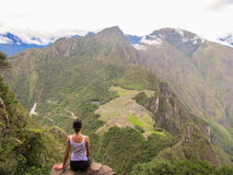 妇女在马丘比丘的Wayna Picchu山顶部 免版税库存图片