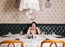 妇女在宴会桌上 免版税库存图片