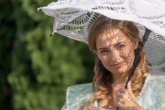 妇女在从太阳的一把伞下 免版税图库摄影