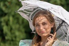 妇女在从太阳的一把伞下 图库摄影