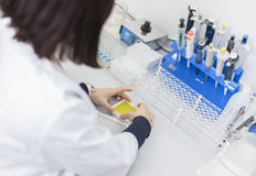 妇女在医学实验室 免版税库存照片