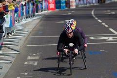 妇女在维尔京伦敦马拉松的轮椅竞争者2013年 免版税库存照片