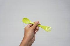 妇女在1把匙子和叉子的举行绿色2 免版税图库摄影