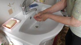 妇女在水槽的技术手 影视素材