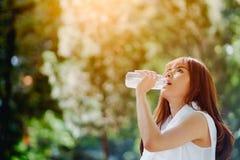 妇女在锻炼以后的饮料水 免版税库存图片