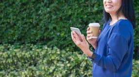 妇女在去的原因布料藏品咖啡杯和微笑,当u时 图库摄影