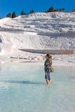 妇女在绿色水中 免版税库存照片