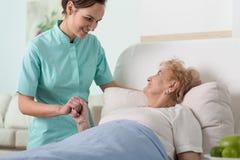 妇女在医院病床上 免版税库存图片