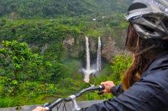 妇女在Banos,厄瓜多尔的骑马自行车 库存照片