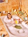妇女在bathtube的洗涤腿 库存照片