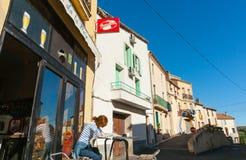 妇女在Boujan苏尔Libron,法国之外的咖啡馆桌上 免版税库存图片
