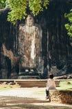 妇女在Buduruwagala -最旧的菩萨雕象看在斯里兰卡 库存照片