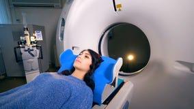 妇女在CT机器的一个移动的轻便小床说谎 股票视频
