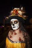 妇女在Dia De Los与蝴蝶的Muertos Makeup 免版税库存图片