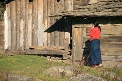 妇女在Gangtey (不丹)附近打一个电话在村庄 免版税库存照片