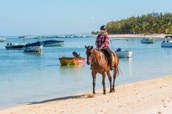 妇女在Le Morne Beach的乘驾马 库存图片