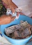 妇女在microfinance会议的计数货币 免版税库存照片
