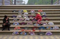 妇女在Plaza de西班牙卖爱好者在塞维利亚,西班牙 免版税库存照片