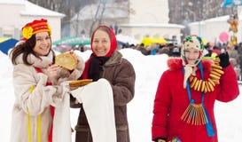 妇女在Shrovetide期间的品尝薄煎饼 免版税库存图片