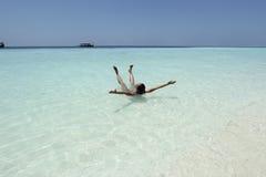 妇女在turquise水马尔代夫中 免版税图库摄影