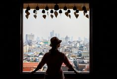 妇女在Wat Saket在曼谷 库存图片