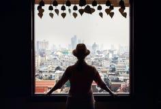 妇女在Wat Saket在曼谷 免版税图库摄影
