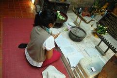 妇女在Wat Umong Chiangmai泰国的薪水尊敬 库存图片