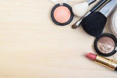 妇女地球口气化妆用品顶视图  免版税库存照片