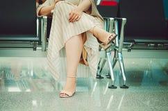 妇女坐一把椅子在候诊室 免版税库存照片