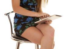 妇女坐与片剂的身体。 免版税库存照片