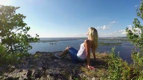 妇女坐伏尔加河的岩石银行 慢动作 影视素材