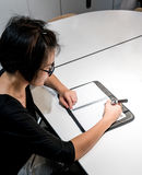 妇女坐办公桌和计划 库存照片