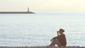 妇女坐单独海滩 股票录像