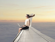 妇女坐平面翼 图库摄影