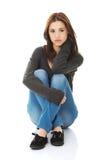 妇女坐有腿 免版税库存照片