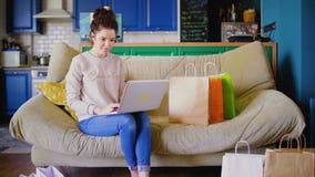 妇女坐沙发并且在互联网聊天 做网上购买的妇女妇女 股票视频