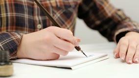 妇女坐的书法实践文字艺术 股票视频